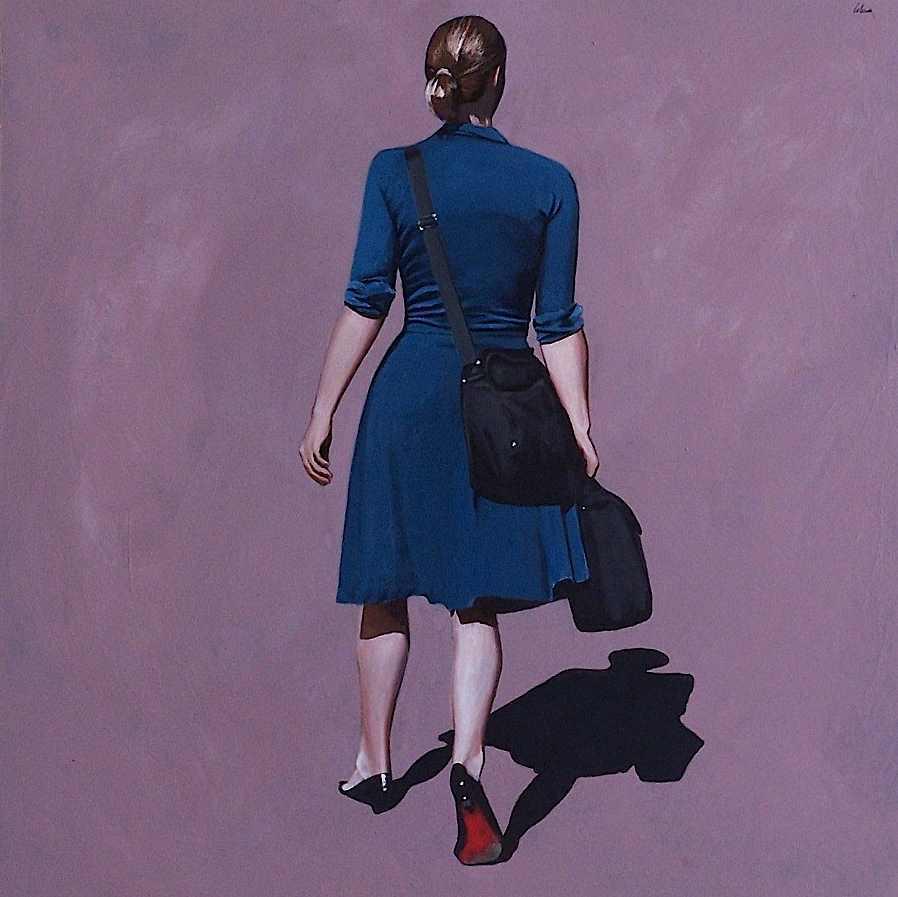 femme qui marche à la semelle rouge.