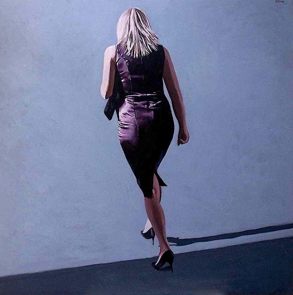 femme qui marche , robe prune